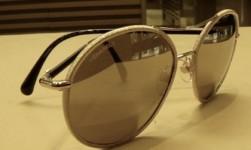 Frammenti dorati sugli occhiali da sole Chanel